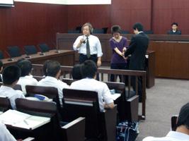 法廷教室で行われた法学部の講義では、裁判官や被告人に扮する本学学生も登場。舞子高校の生徒たちは、熱心に見入っていた。