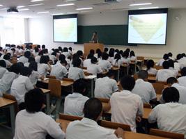 経済学部 中村恵教授の講義には、約150人の生徒が参加した。