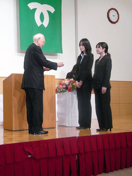 表彰式の様子(人文学部 3年次生の大崎多恵さんと古岡麻衣さんが出席。)